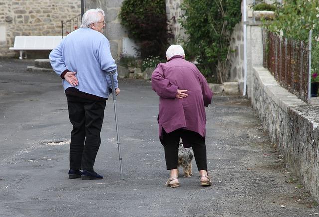 starší lidé.jpg