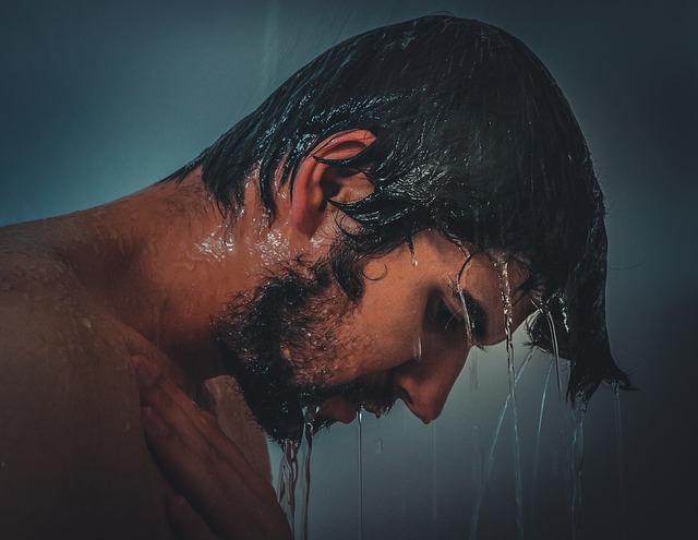 muž pod sprchou
