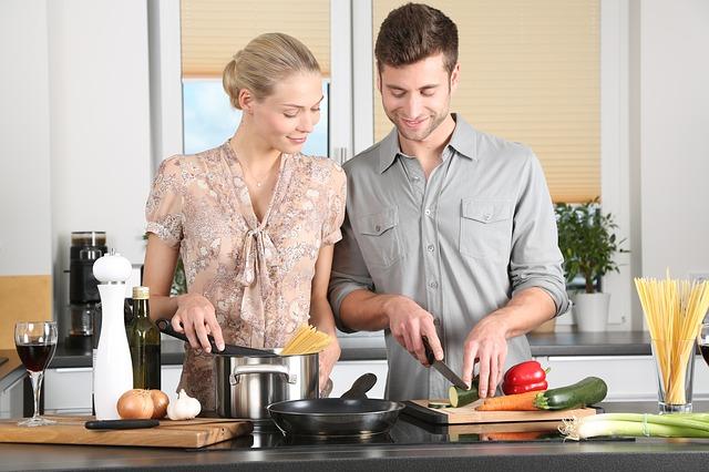 manželé při vaření