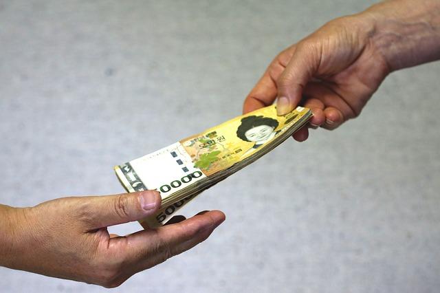 podávání bankovek