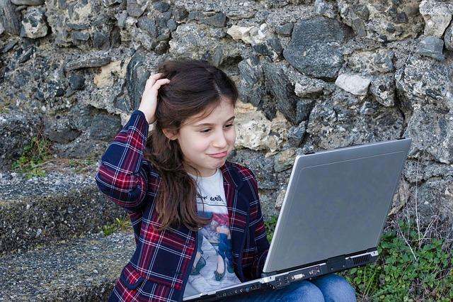 malá holčička a počítač