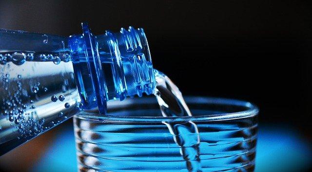 láhev minerální vody