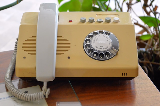 žlutý telefon